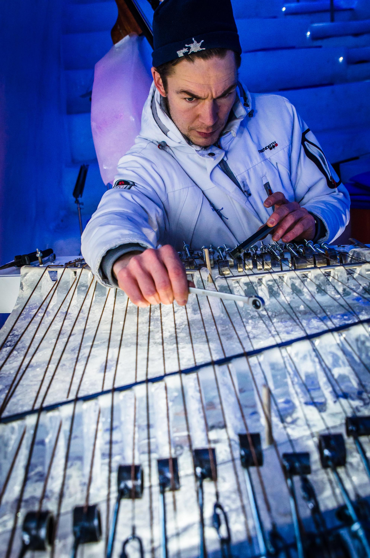 Justering av Rolandophone, isinstrument i Ice Musics sal.