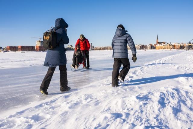 En blåsig promenad på isvägen.