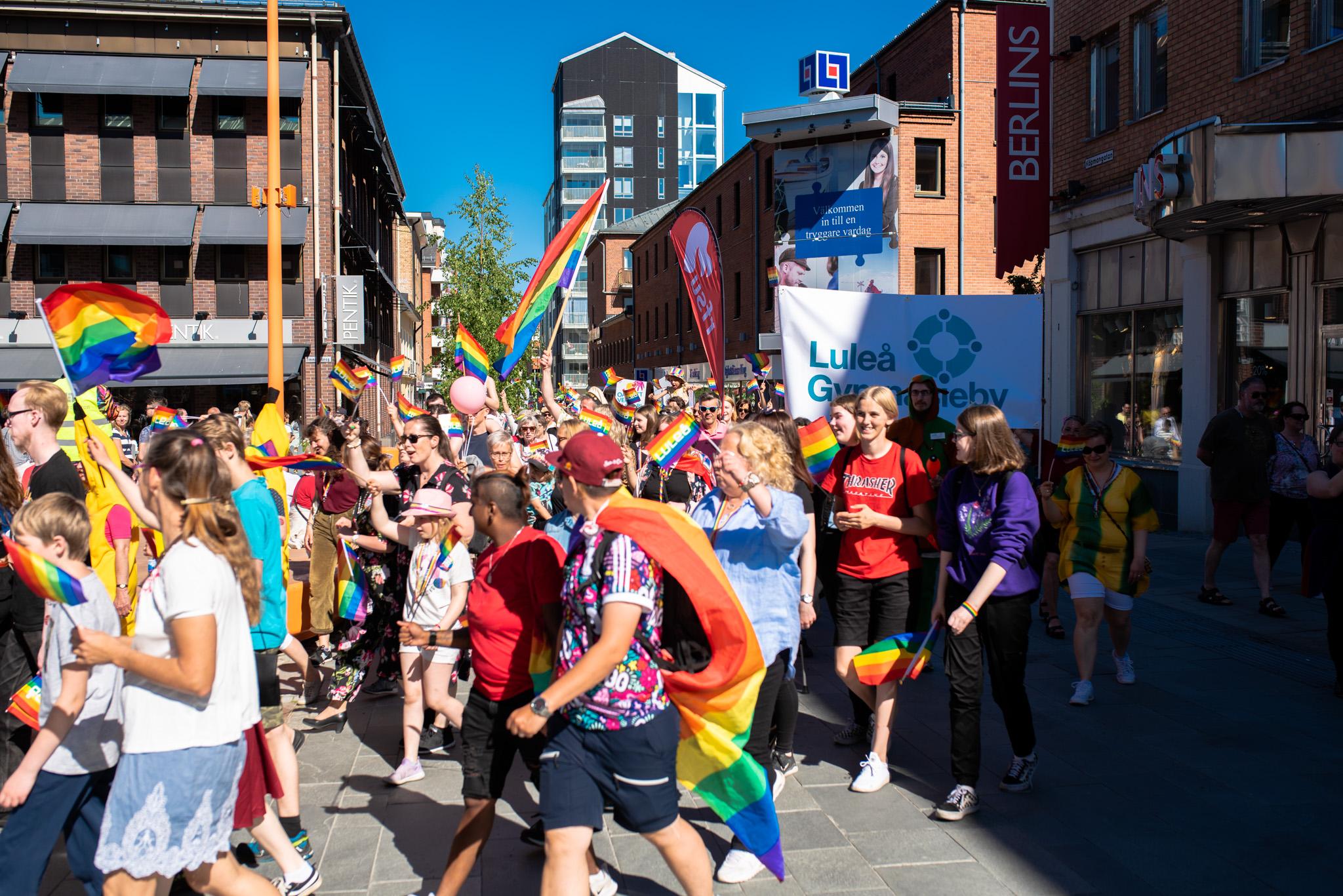 Så här mycket folk har nog aldrig skådats på Köpmantorget i Luleå! Luleå Pride 2019.