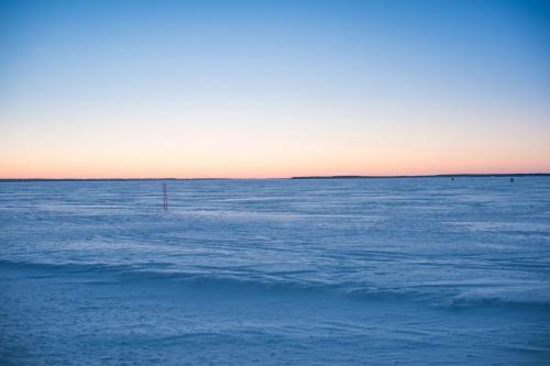 Luleå skärgård en tidig morgon i mars. Magiskt vackert och stilla på isvägen ute i skärgården.