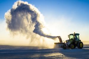 Underhåll av isvägen i Luleå
