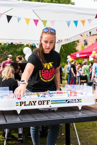 Medhjälpare under Luleå pride 2018.