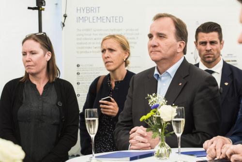 Att förstå hur häftigt Hybrit är kräver stor uppmärksamhet, Stefan Löfven lyssnar koncentrerat.
