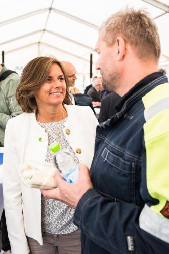 Isabella Lövin tar sig tid att prata med alla, här kan det vara platschefen på SSAB, Nils Edberg.