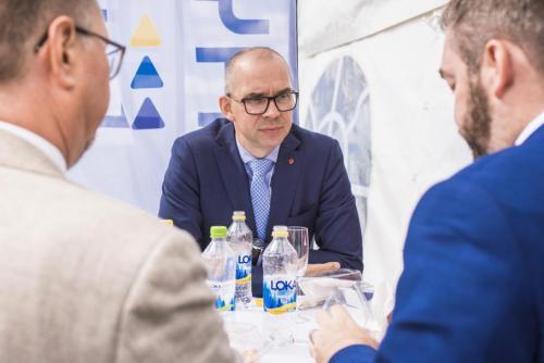 Niklas Nordström diskuterar.