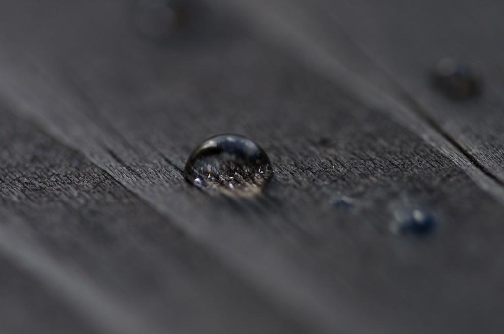 Vattendroppe med kort skärpedjup.