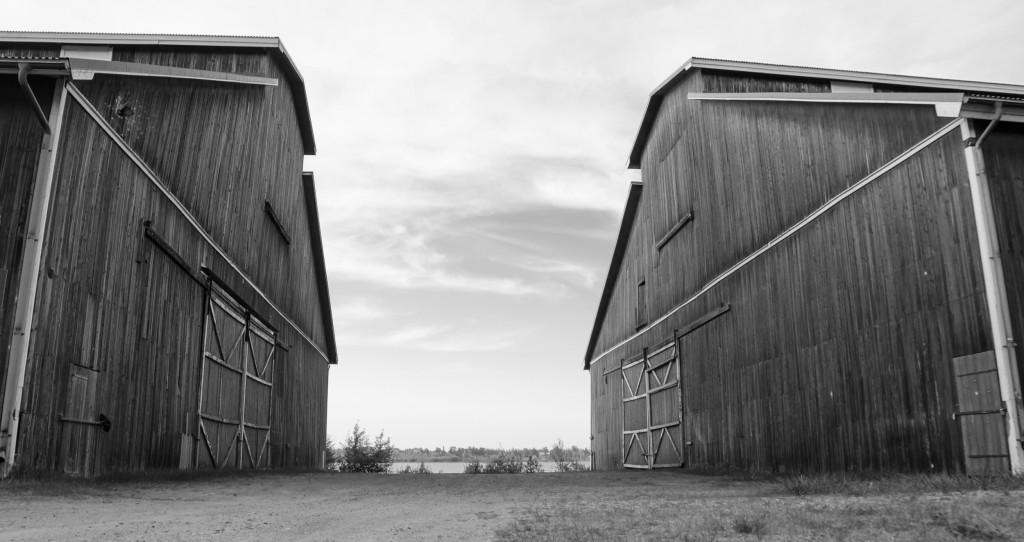 Tyskmagasinen i Luleå. Maffiga byggnader, dessutom i trä! Till och med jag skulle nog kunna backa in en lastbil med släp i dessa portar!