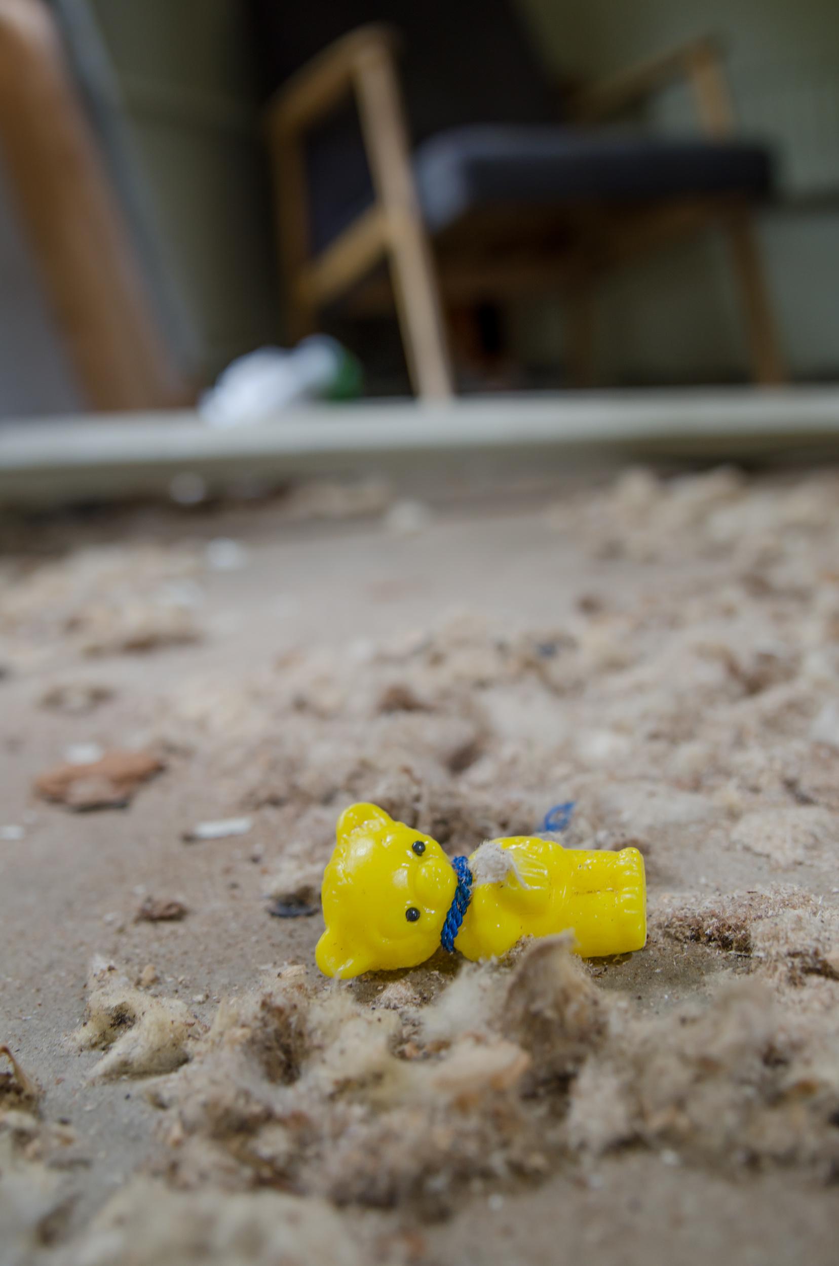 Jag får lite rysningar när man hittar leksaker och dyligt i ödehus... denna fann jag i en gammal arbetsbarack...