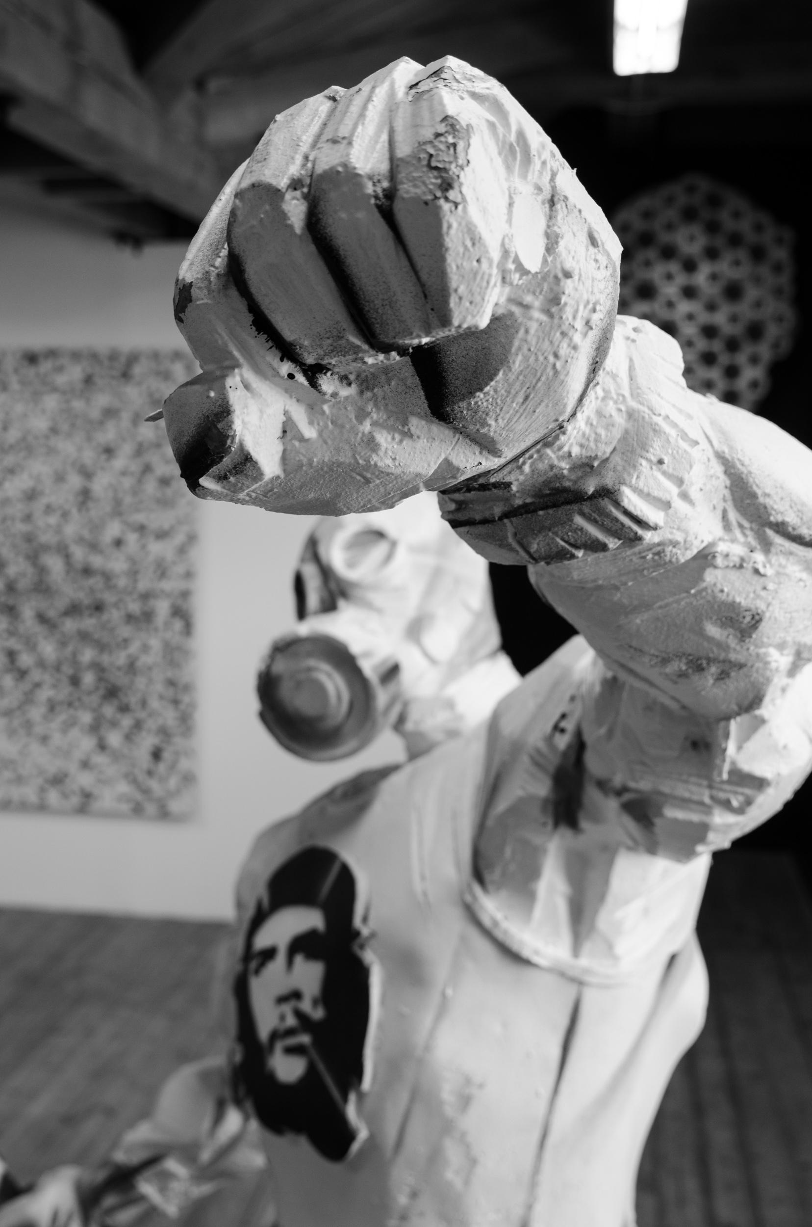 Pussy Riot and the cosacks på Havremagasinet i Boden. Sergey Shekhovtsovs skulptur