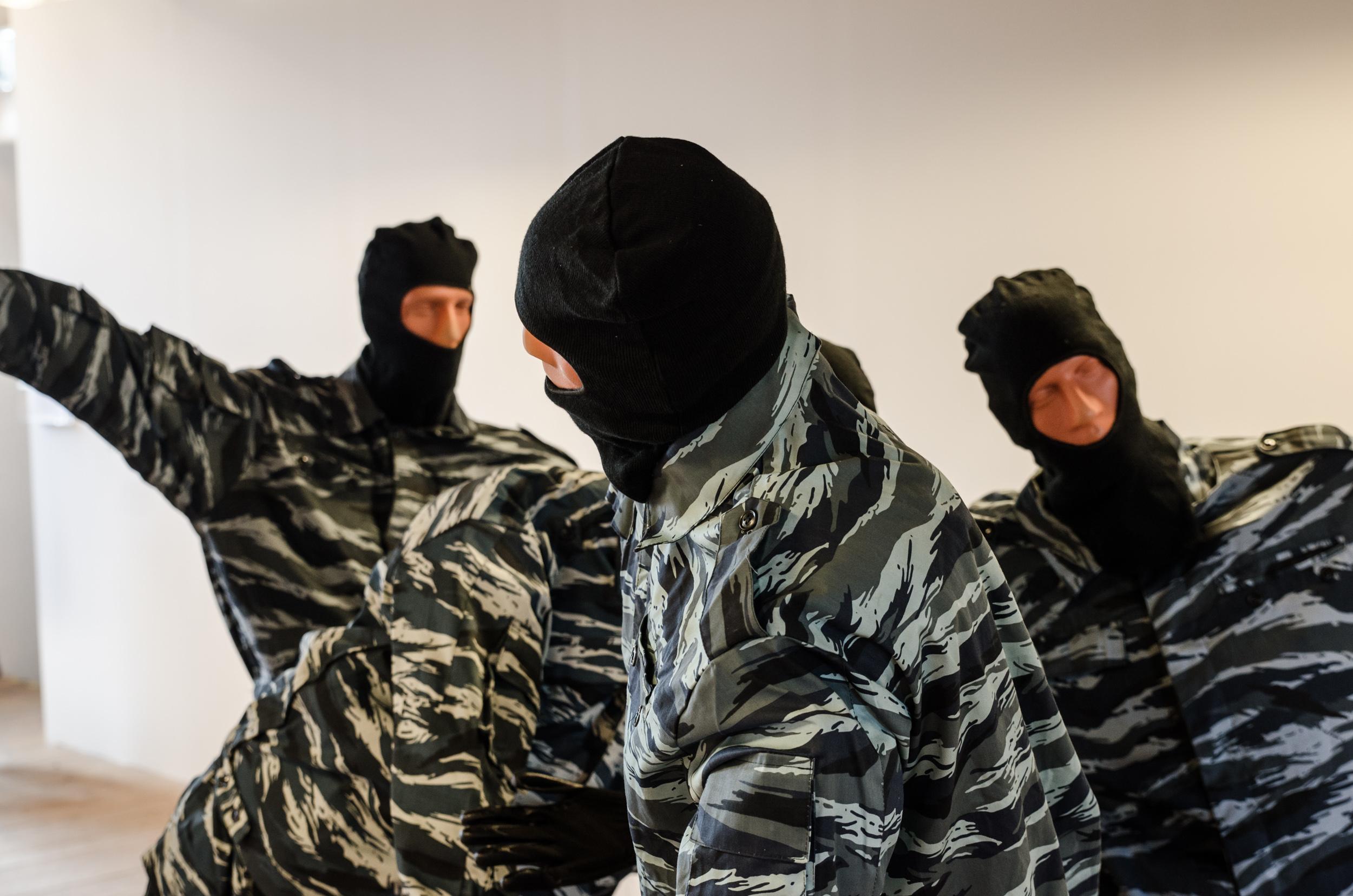 Pussy Riot and the cosacks på Havremagasinet i Boden. Vikentiy Nilins skulptur