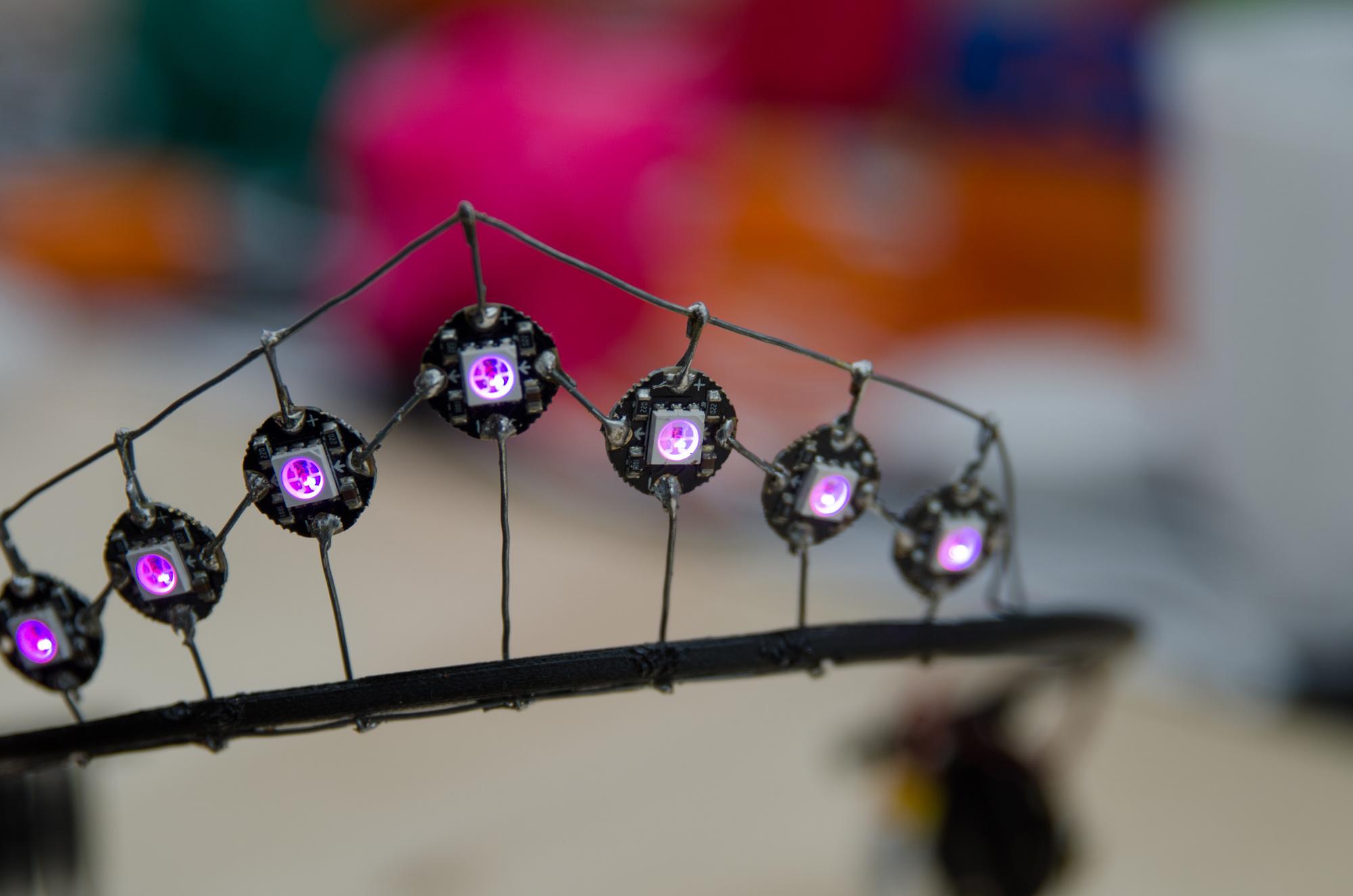 Tovahs egentillverkade diadem med intelligent ledbelysning som hon själv lött ihop! Ett bra exempel vad man kan göra på Luleå Makerspace!