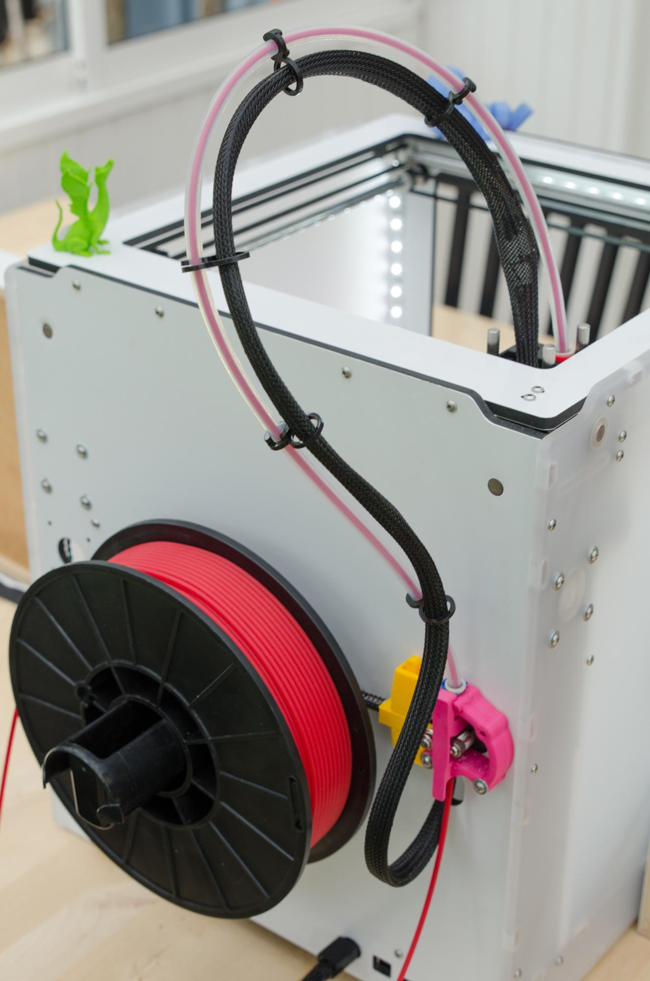 Dessa trådrullar innehåller materialet som skrivaren använder. Det värms sen upp till ca 260 grader när det sprutas på med mycket hög precision.