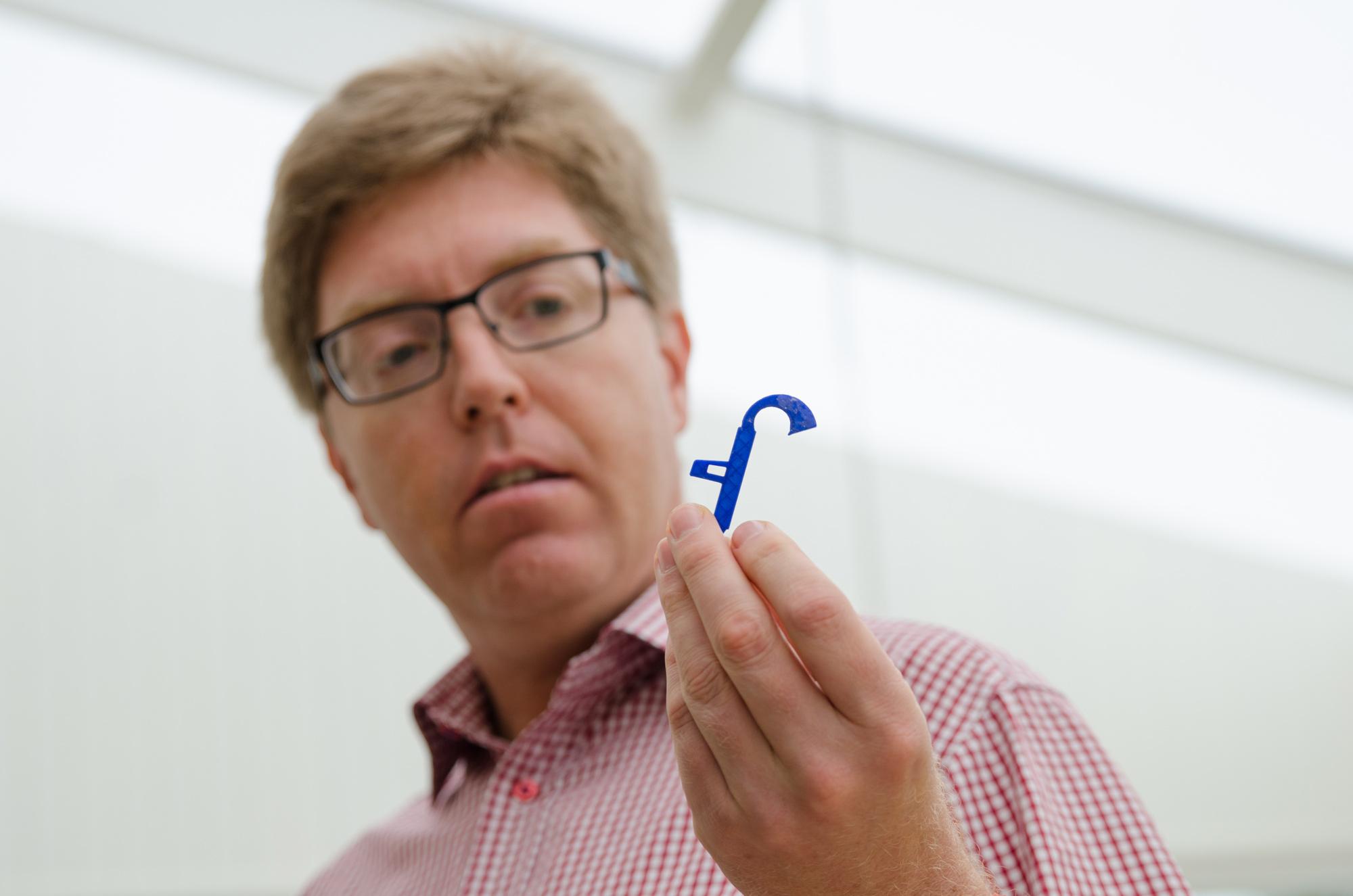 Peter Parnes visar ett exempel på en nyttosak han tog fram till sin fru som behövde en ny, hm, grej.
