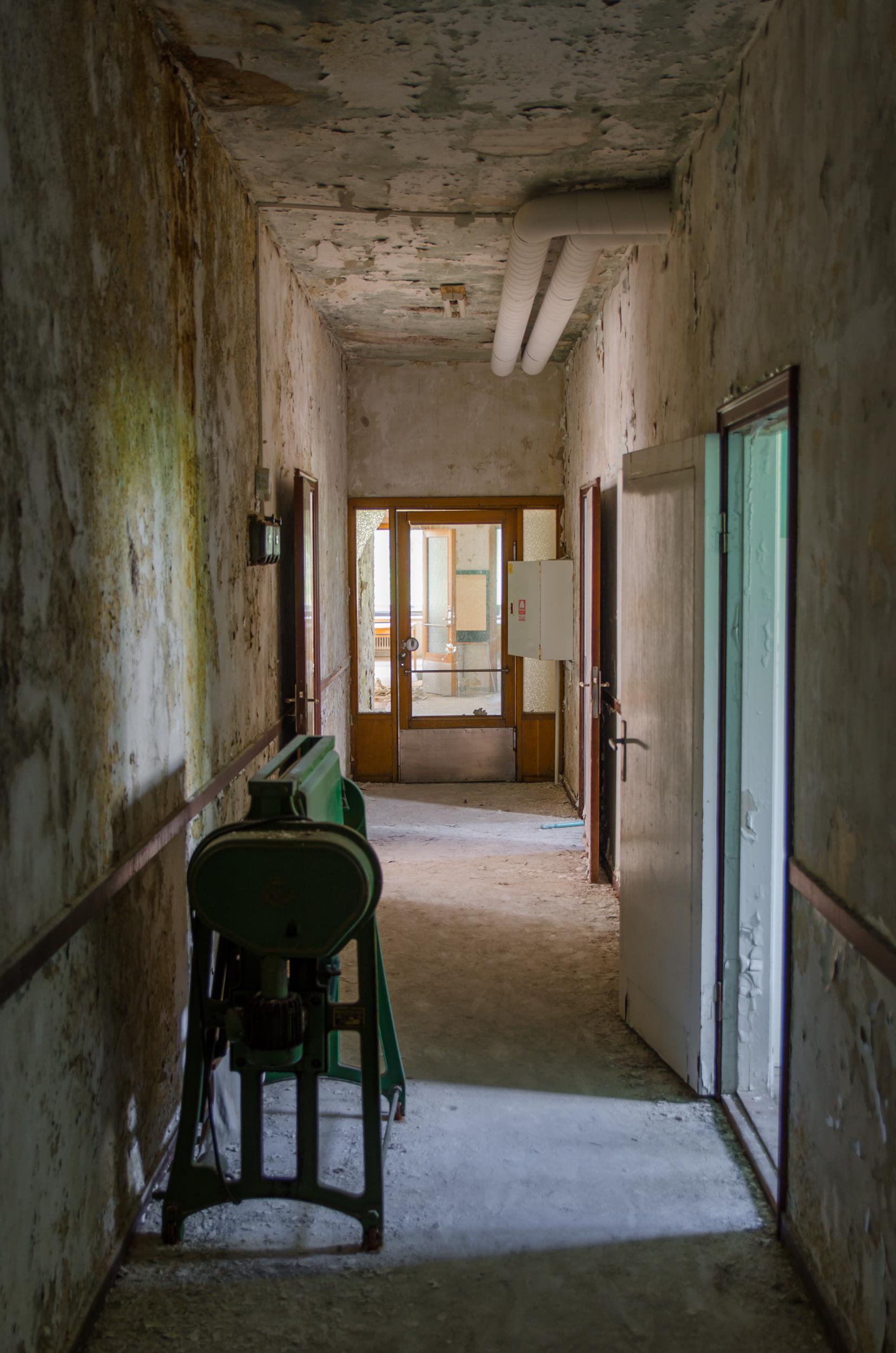 Sandträsk sanatorium. Så nedgånget och går nog knappast att rädda. Det räcker inte med några hinkar färg och ett glatt humör...
