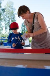 Teknikens hus, Luleå. Simon och Lotta bygger båtar av papper. Vems båt är snabbast?