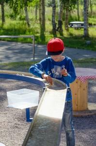Teknikens hus, Luleå. Simon och Lotta bygger båtar av papper. Nu med facit så var Simons båt klart bäst!