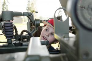 Simon kontrollerar en kanon utanför Försvarsmuseum Boden.