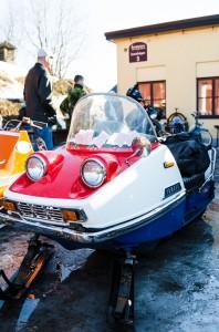 Yamaha skoter med tydliga drag av bil. Retro café Boden.
