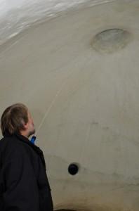 Slutligen när det allra mesta är klart vattnas väggarna för att  öka styrkan och  få en snyggare, glaserad insida.