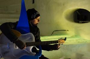 Nu är premiären mycket nära och musikerna börjar provspela. Här testar Andreas Eriksson isgitarren.