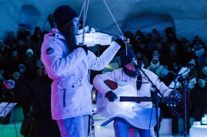 Elin Thorsell spelar violin med Frosty Nights