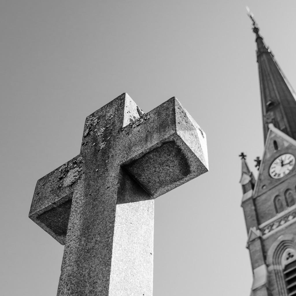 Kors utanför Luleå Domkyrka.