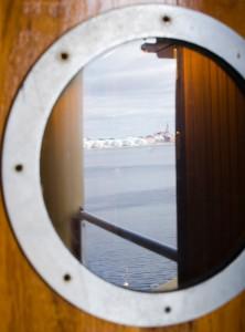 Spegelbild av Luleå i en av dörrarna.