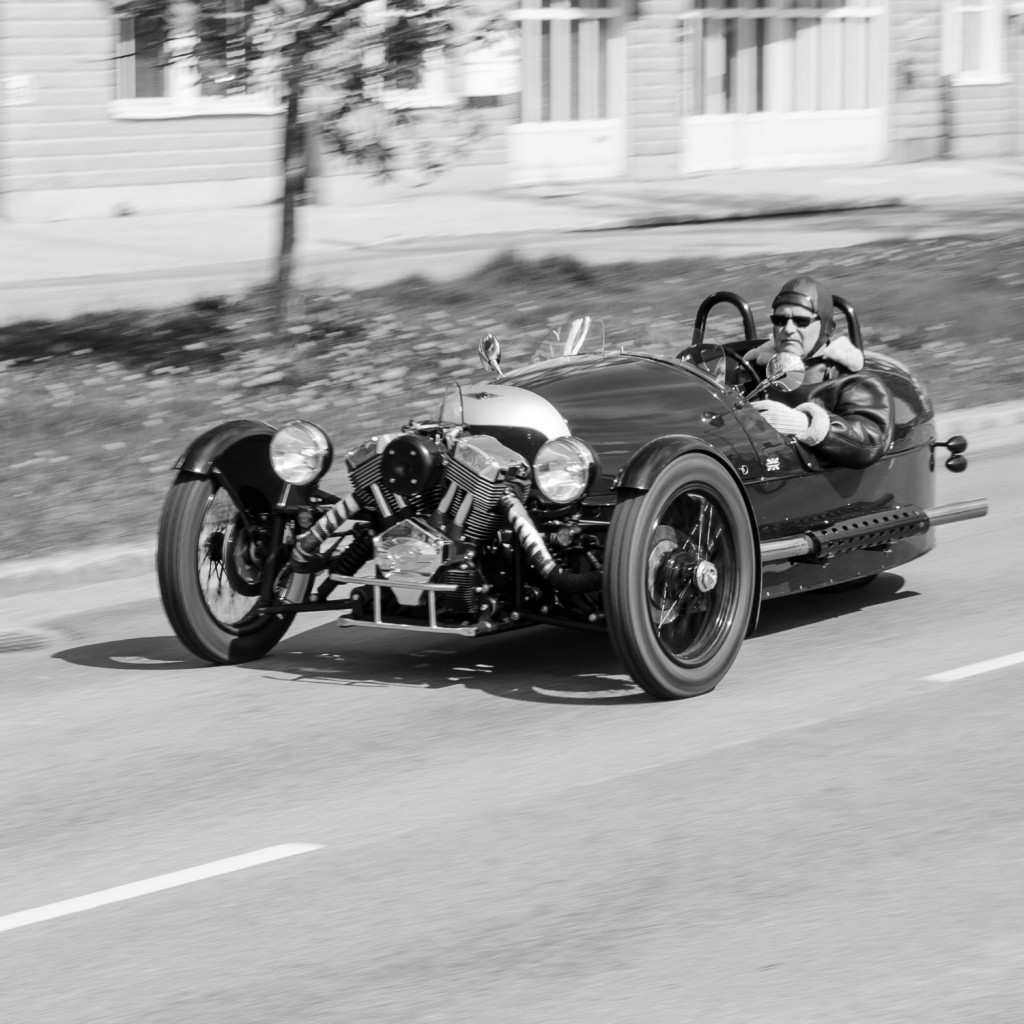 Läckraste bilen? på lunchrasten idag. Den måste dock vara ett elände att köra när det är moddigt... Trodde den var gammal men många detaljer ser rätt moderna ut... men snygg var den!