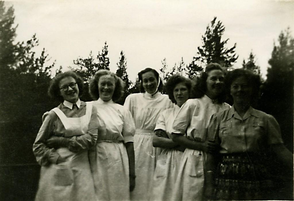 Ett gäng sjuksystrar strax utanför sanatoriet.
