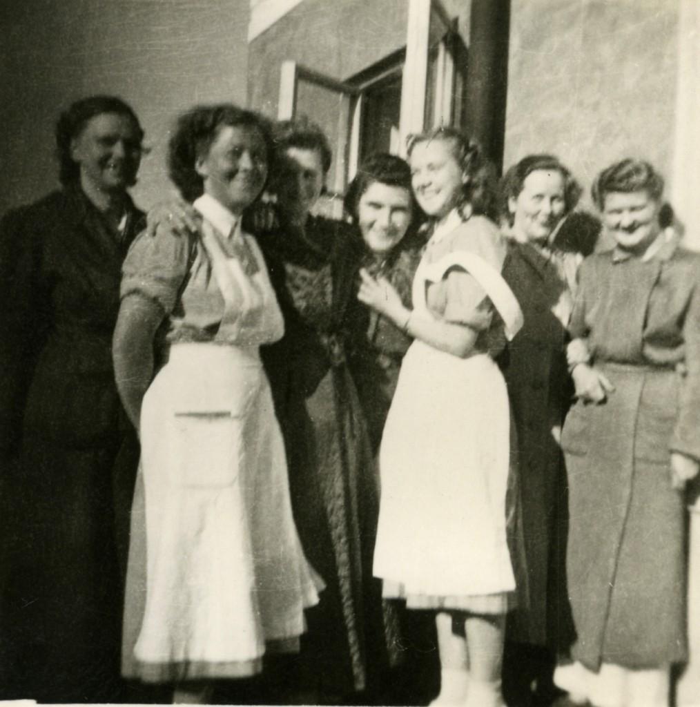 Glada kvinnor utanför sanatoriet.