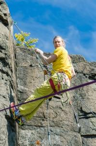 Oskar Norberg rensar berget på lösa stenar...