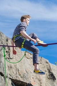 Man bör ha ganska bra balans för att hålla sig kvar på linan, bra träning är det nog...