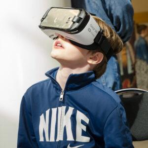 Simon prövar VR-glasögon. Hur läckert som helst, tror jag!