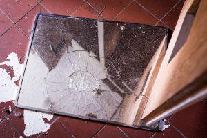 Morjärvs Ullspinneri. Denna förstörelse. Man får hoppas att det verkligen ger sju års olycka om man krossar en spegel. Jag hoppas verkligen.