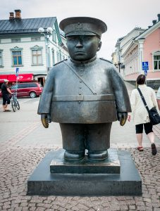 Semester 2017, Uleåborg (Oulo). Statyn av polisen på torget till torgpolisernas ära.. Gullig!