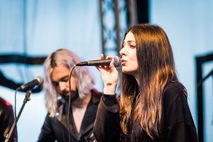 Cole Randall och Shpresa Lleshaj i bandet Flora Cash på Musikens makt 2017.