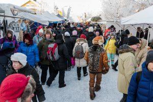 Massor av folk på plats på Jokkmokks marknad!