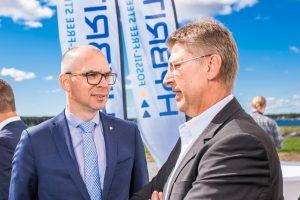 Kommunalråd Niklas Nordström samatalar med LKABs vd Jan Moström.
