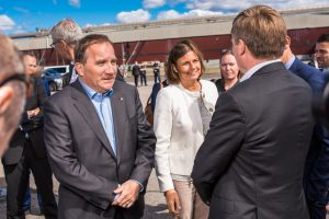 Statsminister Stefan Löfven och Isabella Lövin på gång.