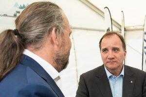 Mårten Görnerup vd, Hybrit och Stefan Löfven samtalar.