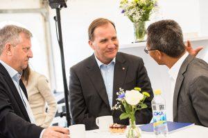 Statsminister Stefan Löfven och Martin Pei, Teknisk direktör SSAB samtalar.