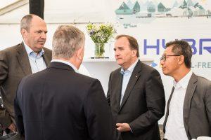 Martin Lindqvist, vd och koncernchef, SSAB, statsminister Stefan Löfven och Martin Pei, Teknisk direktör SSAB samtalar.