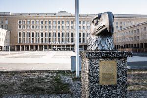 Ingången till Tempelhofs flygplats i Berlin, klart pampigare än Kallax Airport. Och det här med örnar, favoritdjur i Tyskland.
