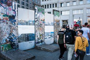 Överallt blir man påmind om kriget. Här en bit av berlinmuren.
