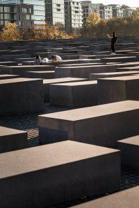 Holocaust denkmal Berlin, Monument över Europas mördade judar. Mäktigt på utsidan, fruktansvärt att besöka utställningen under hela området.
