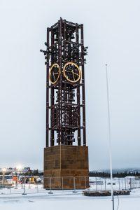 Den renoverade klockan från gamla stadshuset tronar utanför det nya!