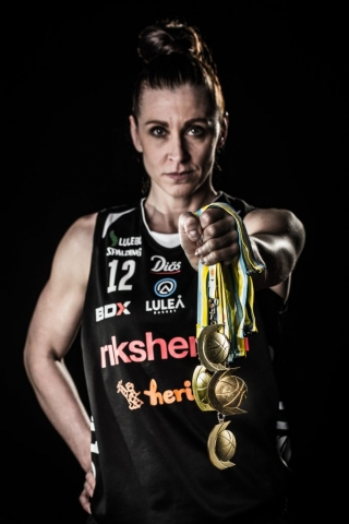 Anna Barthold visar upp sina guldmedaljer från Luleå basket. Och fler blir det!