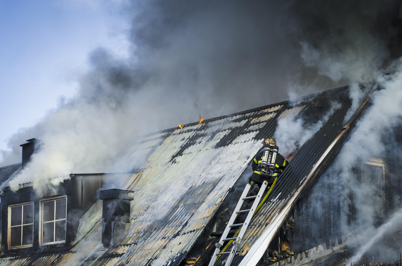 Brandman i arbete, lågor slår upp både här och där, tragiskt!