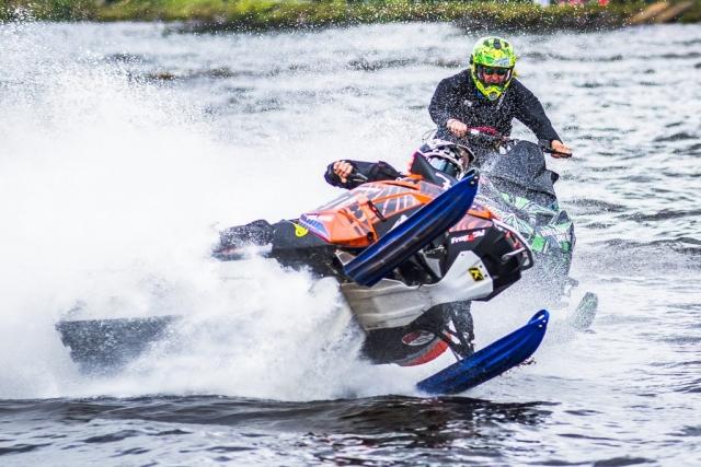 Boden Alive Water X. Skotercross på vatten, det gäller att hålla stumt på gasen...