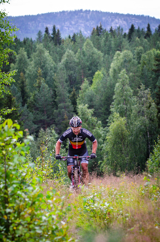 Sävast CK hade cykeltävling runt bergen i Sävast. Här en tapper åkare i en sugande uppförsbacke.